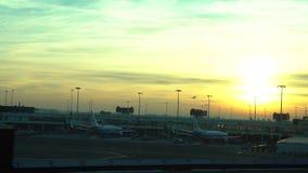 vista di tramonto 4K dell'attesa dell'aeroplano all'aeroporto internazionale di Amsterdam Schiphol stock footage