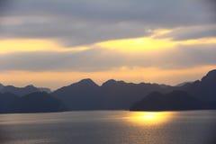 Vista di tramonto nella baia di lunghezza dell'ha Fotografie Stock Libere da Diritti