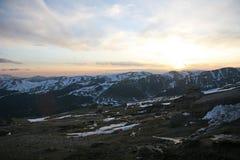 Vista di tramonto sopra le montagne carpatiche Immagini Stock