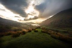 Vista di tramonto di stordimento sopra il parco nazionale di Snowdonia in Galles fotografie stock