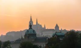 Vista di tramonto su Praga e sul san Vitus Cathedral Immagine Stock