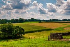 Vista di un'azienda agricola e di una Rolling Hills nella contea di Baltimore rurale, Maria Fotografie Stock Libere da Diritti