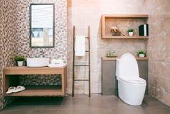 Vista di un bagno spazioso ed elegante fotografia stock