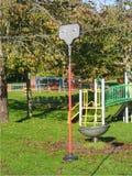 Vista di un campo da gioco per bambini pubblici in sole fotografie stock libere da diritti