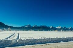 Vista di un campo di neve e delle alpi tedesche nell'inverno Fotografie Stock