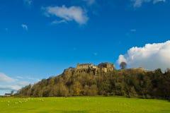 Vista di un castello in cima ad una collina Immagini Stock