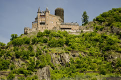 Vista di un castello lungo la valle del Reno Fotografie Stock Libere da Diritti