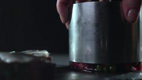Vista di un cilindro della latta su un fondo nero archivi video