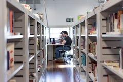 Vista di un corridoio del libro in una biblioteca/deposito di libro fotografia stock libera da diritti