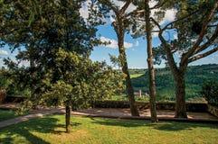 Vista di un giardino di piacere con una fortezza colline di legno nella priorità alta a Orvieto Immagini Stock