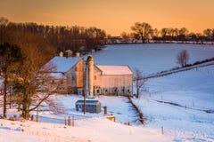 Vista di un granaio su un'azienda agricola innevata nella contea di York rurale, Penn fotografia stock libera da diritti