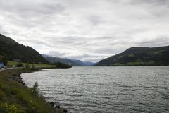 Vista di un lago con la montagna nel fondo Immagini Stock