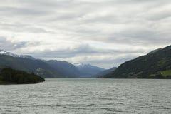 Vista di un lago con la montagna nel fondo Fotografia Stock Libera da Diritti
