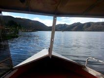 Vista di un lago dalla barca Fotografia Stock