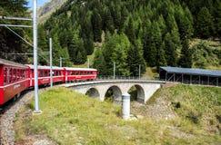 Vista di un lago e di una valle in svizzero Alpes Immagini Stock