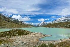 Vista di un lago e di una valle in svizzero Alpes Immagini Stock Libere da Diritti