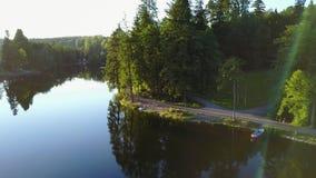 Vista di un lago in Germania che vola sopra con la vista piacevole sugli alberi Ebnisee, movimento lento della macchina fotografi video d archivio