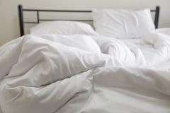 Vista di un letto disfatto Fotografia Stock