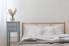 Vista di un letto sgualcito disfatto fotografia stock