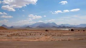 Vista di un oggetto industriale in un deserto del cespuglio stock footage