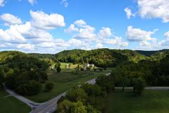 Vista di un palazzo e nella valle fotografie stock libere da diritti