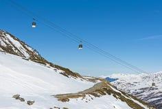 Vista di un pendio alpino dello sci con l'ascensore della cabina di funivia Immagini Stock Libere da Diritti