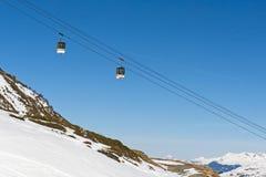 Vista di un pendio alpino dello sci con l'ascensore della cabina di funivia Immagine Stock Libera da Diritti
