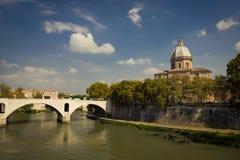 Vista di un ponte e di una chiesa a Roma Fotografia Stock