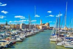 Vista di un porto di pesca e di un porticciolo piacevoli in Trani, regione della Puglia, Italia fotografie stock libere da diritti