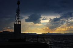 Vista di un tramonto in un porto nel mar Mediterraneo Fotografia Stock