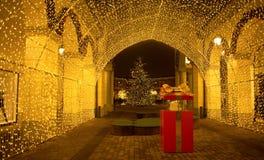 """Vista di un tunnel delle luci """"nel centro commerciale dello sbocco di Serravalle """"su tempo di Chistmas, vicino a Milano, l'Italia fotografia stock"""