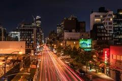Vista di un viale occupato in NYC seguendo l'alta linea Fotografia Stock Libera da Diritti