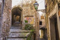 Vista di un vicolo in Apricale Imperia, Liguria, Italia immagine stock