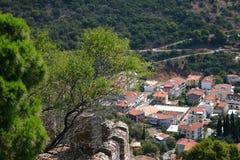 Vista di un villaggio mediterraneo tradizionale dalla cima di una collina immagine stock