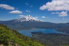 Vista di un vulcano di Llaima e del lago Fotografia Stock Libera da Diritti