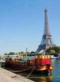 Vista di una chiatta vivente sul Seine a Parigi Fotografie Stock Libere da Diritti