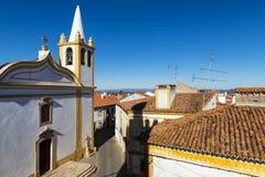 Vista di una chiesa e delle case nel villaggio tradizionale di Nisa nell'Alentejo, Portogallo immagine stock