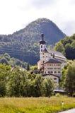 Vista di una chiesa e di una cappella tipiche fotografia stock libera da diritti
