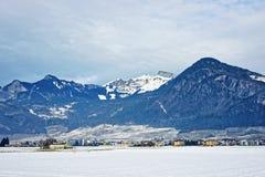 Vista di una città in Svizzera innevata Immagini Stock