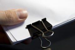 Vista di una clip di carta con la pila di documento in bianco Immagine Stock