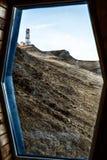 Vista di una collina attraverso una finestra fotografie stock libere da diritti