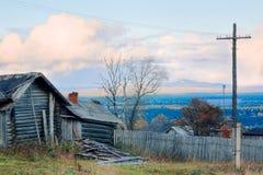 Vista di una collina da un villaggio Fotografie Stock