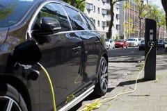 Vista di una colonna di carico dell'automobile elettrica fotografia stock libera da diritti