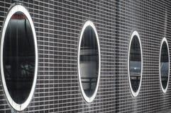Vista di una costruzione con le finestre ovali immagini stock libere da diritti