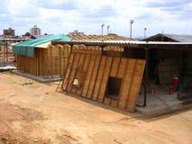 Vista di una costruzione della casa con le stecche ed il cemento di legno Fotografie Stock