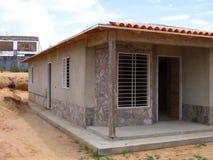 Vista di una costruzione della casa con le stecche ed il cemento di legno Fotografia Stock