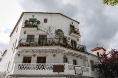 Vista di una facciata di grande casa in un villaggio di La Alpujarra, Immagine Stock