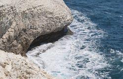 Vista di una grotta dalla cabina di funivia di Rosh HaNikra immagine stock