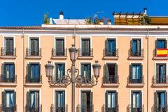 Vista di una lampada di via contro un fondo della costruzione a Madrid, Spagna Copi lo spazio per testo Fotografia Stock Libera da Diritti