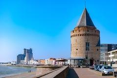 Vista di una località di soggiorno nordica del mare con le costruzioni storiche e moderne lungo la passeggiata Concetto di vacanz immagine stock libera da diritti